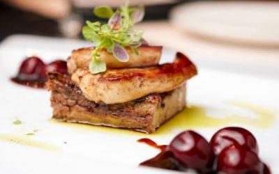 Foie gras de canard cuit au torchon, caramel de porto blanc aux cerises