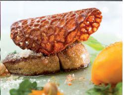 Foie gras poêlé en croûte de noix de coco, compotée et sorbet de mangue